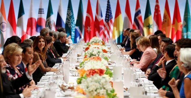 Los líderes del G20, durante la cena oficial en Hamburgo. /REUTERS