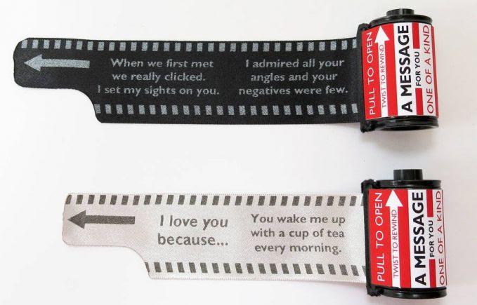 Nah Kalo kamu Fotografer mungkin desain undangan ini bisa jadi inspirasi, Sebuah Roll Film jaman dulu, ketika ditarik akan berisi detail informasi.