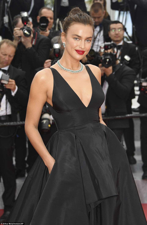 Trabalhando com sua mágica: a supermodelo russa, 32 (acima), e a atriz premiada com o Oscar lideraram o glamour em vestidos negros igualmente glamourosos enquanto posavam para câmeras no evento repleto de estrelas.