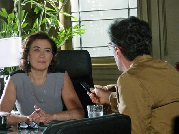 Marta dá entrevista na Império a Téo (Foto: Cláudia Castilho/ Gshow)