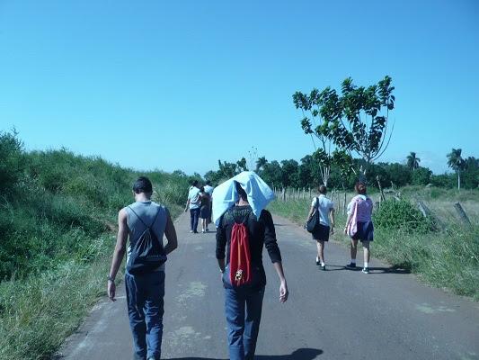 Largas caminatas bajo el sol para llegar a la escuela. No hay dinero para comprar zapatos (foto del autor)