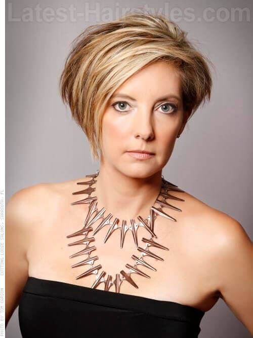 Schöne Asymmetry Blonde Cut für ältere Frauen