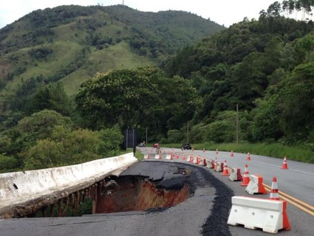 Buraco interdita parte da Rodovia Floriano Rodrigues Pinheiro, em Santo Antônio do Pinhal, nesta segunda-feira (3) (Foto: Marcela Mesquita/TV Vanguarda)