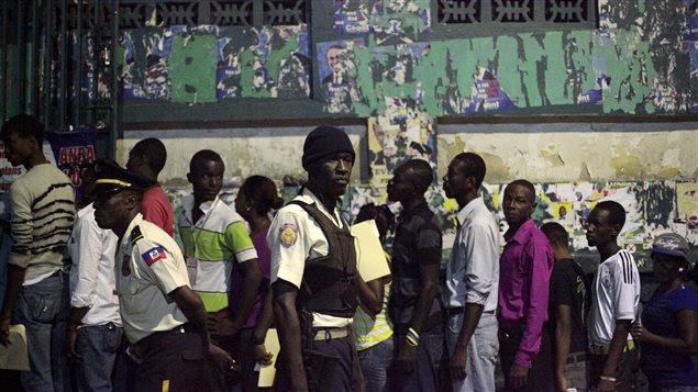 Les électeurs se rendent aux urnes à Port-au-Prince, le 25 octobre