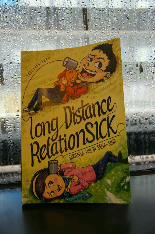 Hujan rintik-rintik. Turun rintik-rintik. Di halaman hujan rintik-rintik – Long Distance Relationsick – View on Path.