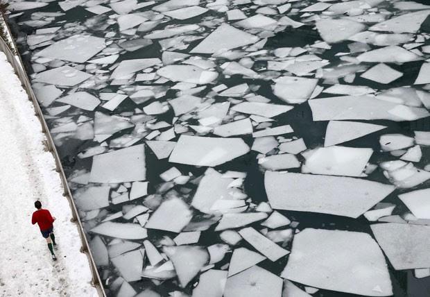 Foto mostra o Rio Chicago parcialmente congelado em 19 de dezembro de 2013 (Foto: Jim Young/Reuters)