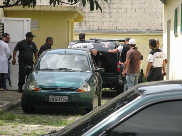 Suspeitos são levados para CDP (Foto: Clara Velasco/G1)