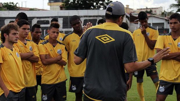 Técnico dos juniores do Santos, Claudinei Oliveira, conversa com os jogadores (Foto: Vinicius Vieira/Divulgação Santos FC )