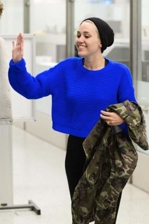 rock-roses:  vogue-tales:  mileeey  neon blue sweater + militar jacket = <3