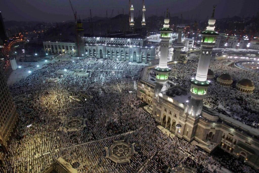 Μουσουλμάνοι προσεύχονται στο Μεγάλο Τζαμί, στην ιερή πόλη της Μέκκας, πριν από το ετήσιο προσκύνημα Χατζ.