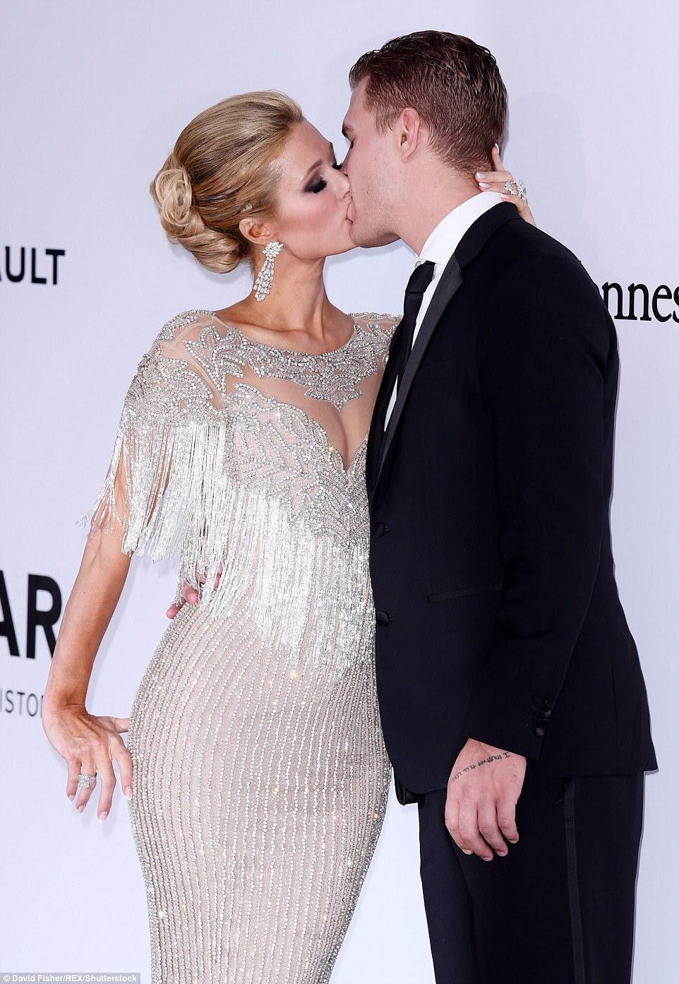 Íntimo!  Nunca um para fazer uma entrada stealth, Paris Hilton varreu para o evento com seu namorado Chris Zylka, que ela tem sido visto em cada evento se aproximando