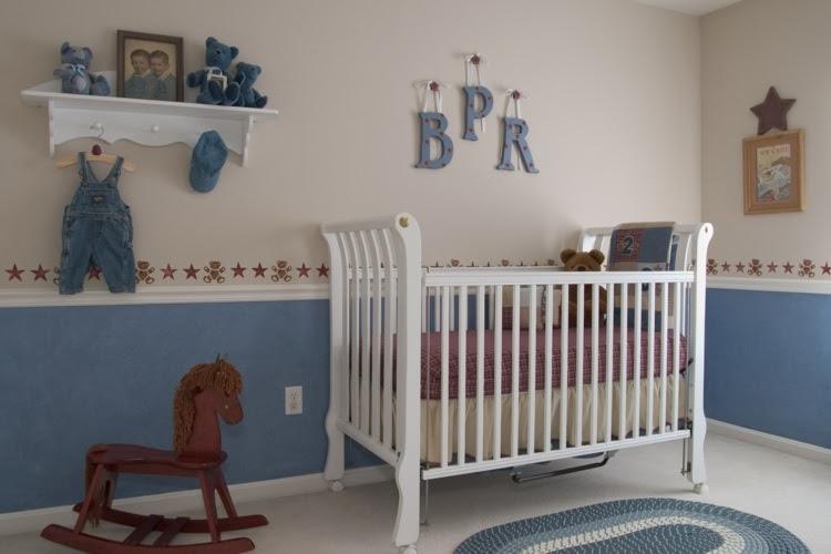 Süßes Mädchenzimmer mit Lavendel Wand und Schaukelstuhl in Rosa