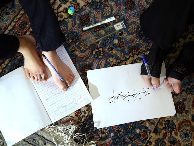 Professora aposentada, Zohreh Etezadossaltaneh ensina a escrever com os pés (Foto: Ebrahim Noroozi/AP)