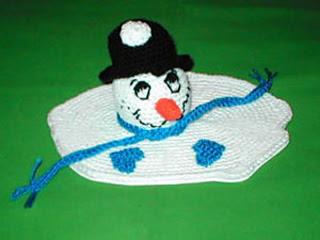 Crochet_melting_snowman_centerpiece_s_small2