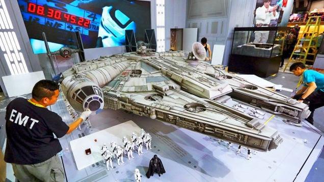 Así es la gigantesca réplica de 6 metros de largo del Halcón Milenario