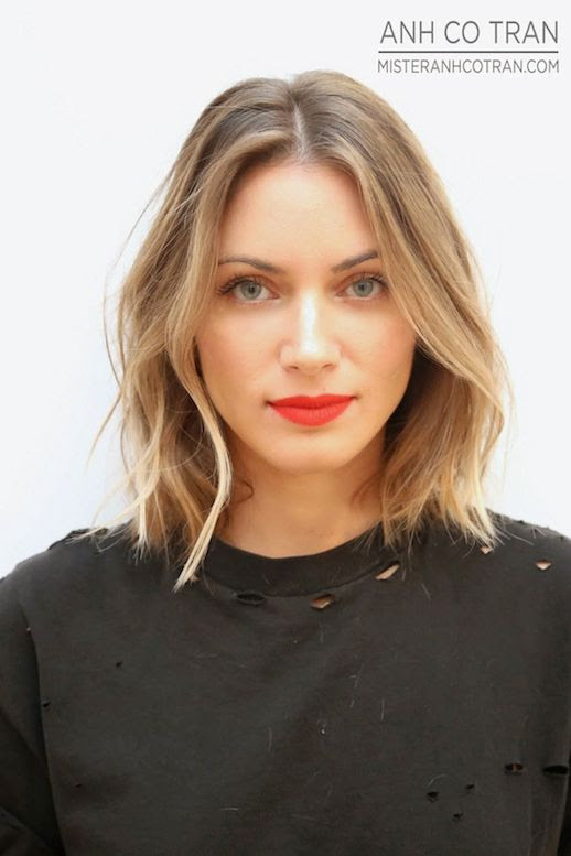 Le Fashion Blog Haircut Inspiration The Perfect Wavy Bob Via Mister Anh Co Tran Front Texturized Beach Waves Highlights Balayage Bright Beauty Red Lipstick Destroyed Distressed Black Tee Tshirt Summer Haircut 2 photo Le-Fashion-Blog-Haircut-Inspiration-The-Perfect-Wavy-Bob-Via-Mister-Anh-Co-Tran-Front-2.jpg