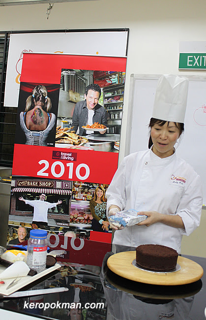 Chef Judy Koh is showing us how to decorate a cake.