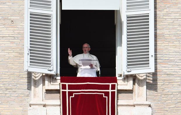 O papa Francisco fala aos fiéis na Praça de São Pedro, no Vaticano, durante o Ângelus deste domingo (23) (Foto: Vicenzo Pinto/AFP)