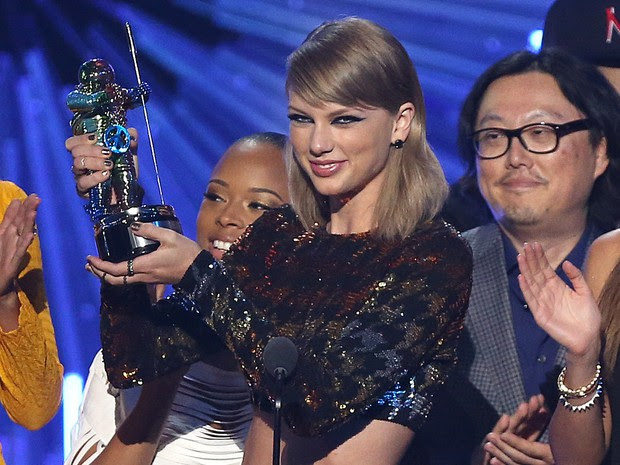 Taylor Swift recebe prêmio de melhor clipe do ano no MTV Video Music Awards (Foto: Matt Sayles/Invision/AP)