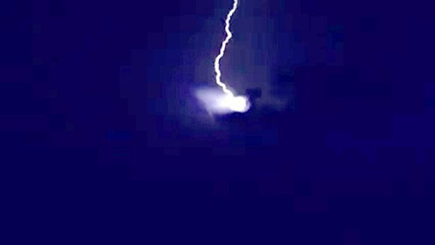 The Ufo and the lightning flashes