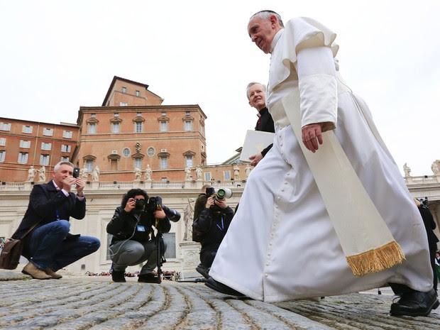 Fotógrafos acompanham o Papa Francisco antes de audiência na Praça de São Pedro, no Vaticano  (Foto: Tony Gentile/Reuters)