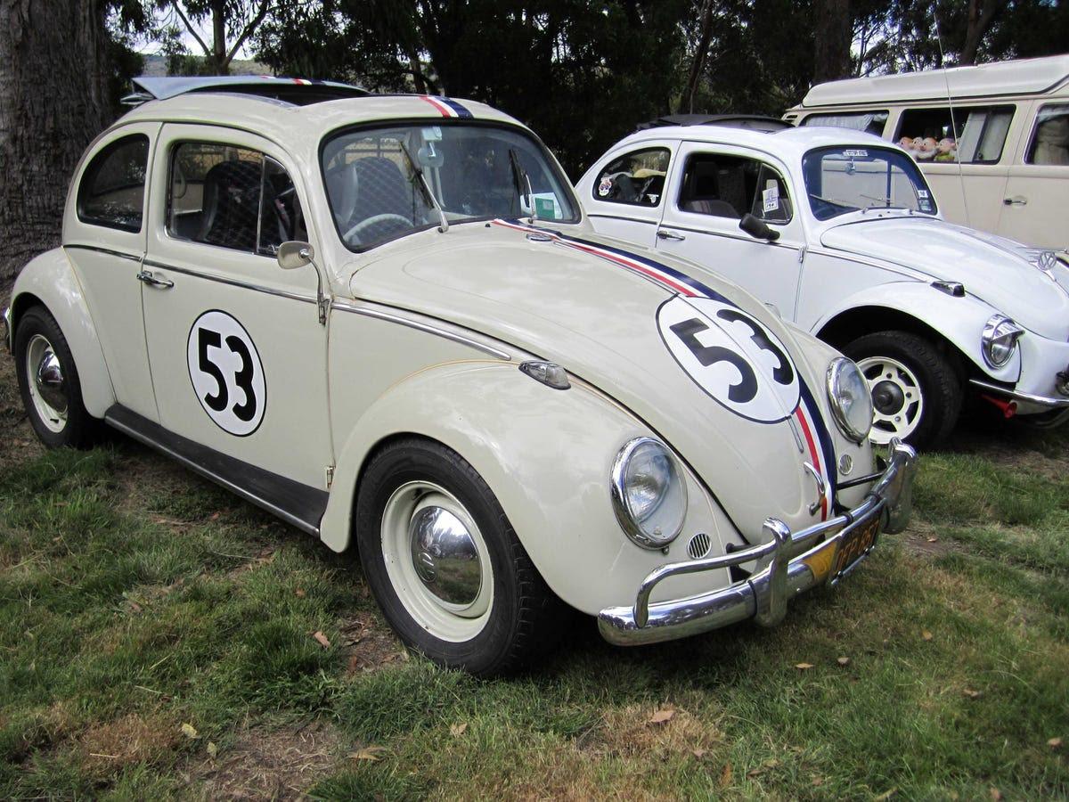 """Porsche creó el Volkswagen Escarabajo después de que Adolf Hitler expresó la demanda de un mercado masivo, robusto, pero el vehículo barato para la red de carreteras de reciente creación de Alemania. El primer Escarabajo fue fabricado en 1938. He aquí un 1963 Escarabajo, hecha famosa por la película """"Herbie""""."""