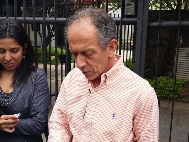 O porta-voz da Rede, Walter Feldman, diante do predio onde mora Marina Silva, em São Paulo (Foto: Tatiana Santiago / G1 São Paulo)