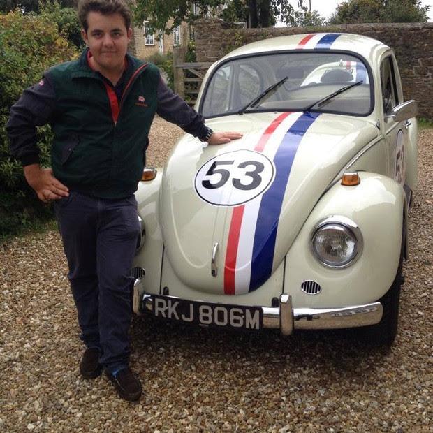 Ollie gosta muito de carros (Foto: Reprodução/ Facebook)