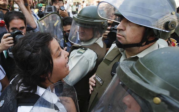 Violenta represión contra estudiantes chilenos. Foto: AP/ Roberto Candia