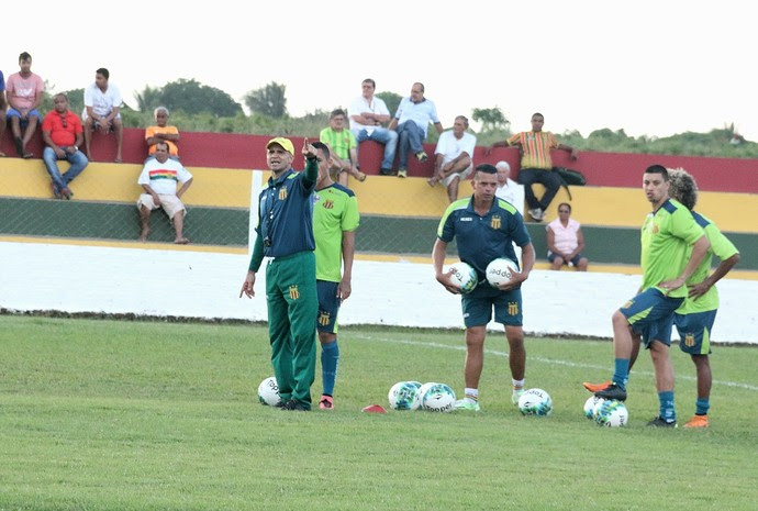 Treinador faz suspense quanto a escalação e deve divulgar apenas momentos antes do jogo (Foto: Sampaio / Divulgação)