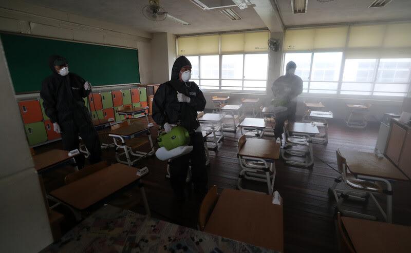 지난 30일 오전 대전시 동구 천동 대전천동초등학교에서 방역업체 관계자가 학교 시설을 방역 및 소독하고 있다. 연합뉴스