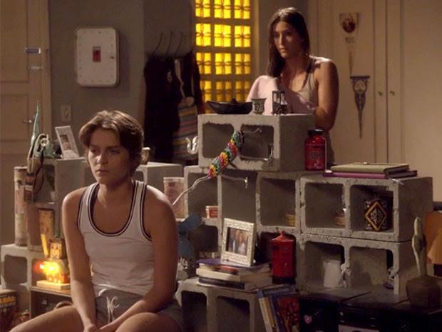 Karina coloca Nat contra a parede (Foto: TV Globo)