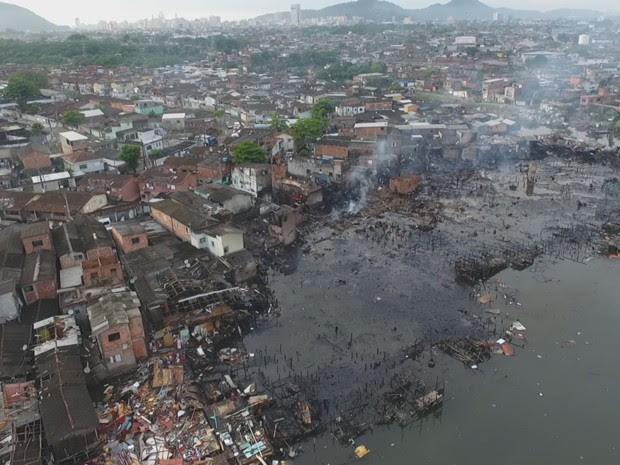 Vista aérea do local atingido pelo incêndio no Caminho São Sebastião, em Santos (Foto: Alexandre Valdívia)