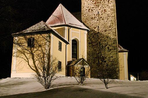 Wiggensbach kirche in dezembernacht