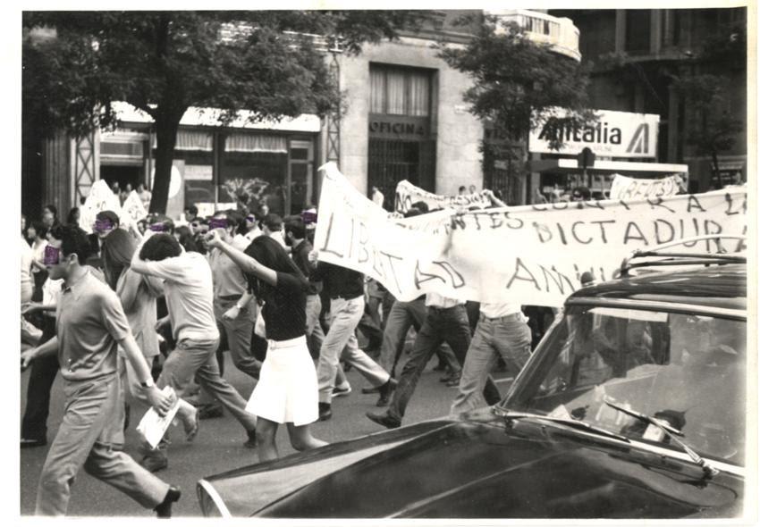 Manifestación  en la calle Alcalá  ante la incoación de 300 expedientes académicos. Madrid  años 70.