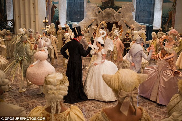 Opulent: Uma cena bola over-the-top mostra Collins em seu traje de cisne, dançando com martelo Armie que está ostentando um par de orelhas de lebre na cartola