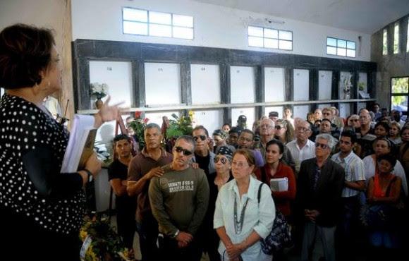 Palabras de Despedida de Duelo a cargo de la Periodista Arleen Rodríguez Derivet (I), en el sepelio del destacado escritor y periodista cubano, Luís Báez Hernández, realizado en el Cementerio de Colón, en La Habana, Cuba, el 9 de febrero del 2015.  AIN FOTO/Oriol de la Cruz ATENCIO/s