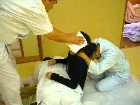 video que muestra como un quiropráctico japones pasa consulta a un paciente