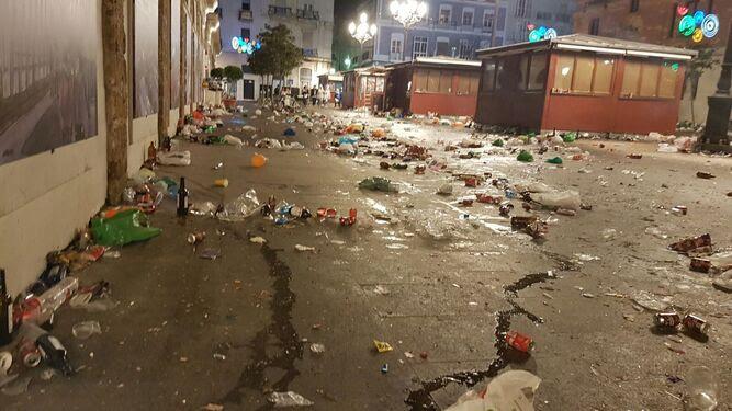 Basura en los alrededores del Mercado tras la noche del sábado.