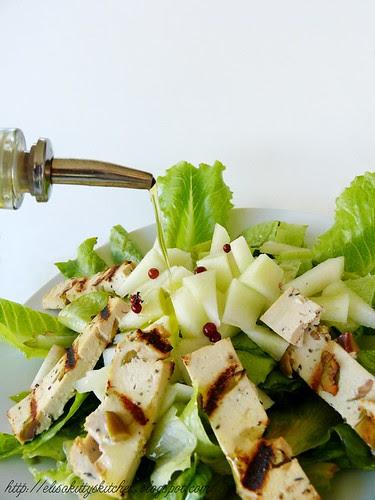 Insalata con tofu alle olive, melone bianco e pepe rosa