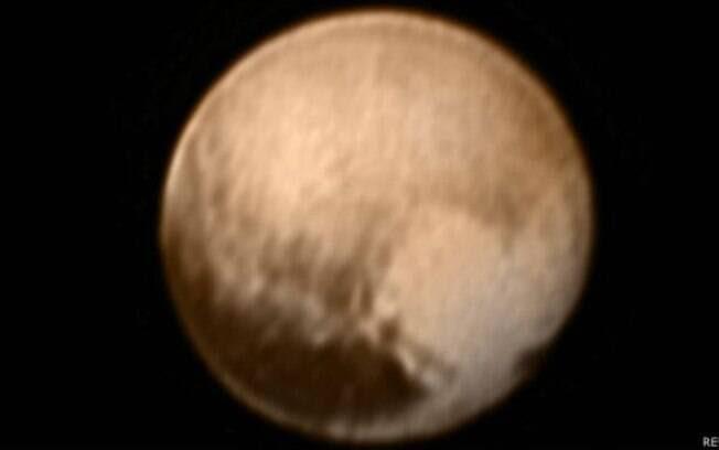 Imagem registrada nesta terça (7) sobrepõe registros de duas câmeras da sonda New Horizons