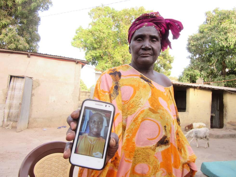 Mariama Touré muestra en un teléfono móvil la foto de su hijo Ibrahima Kagny desaparecido en el Mediterráneo.