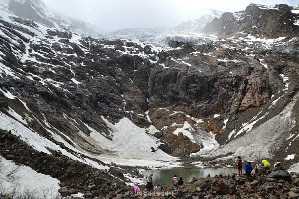 빙후(冰湖 얼음호수)가 얼마나 거대하던지, 그 많던 사람들이 개미보다도 작아보인다.
