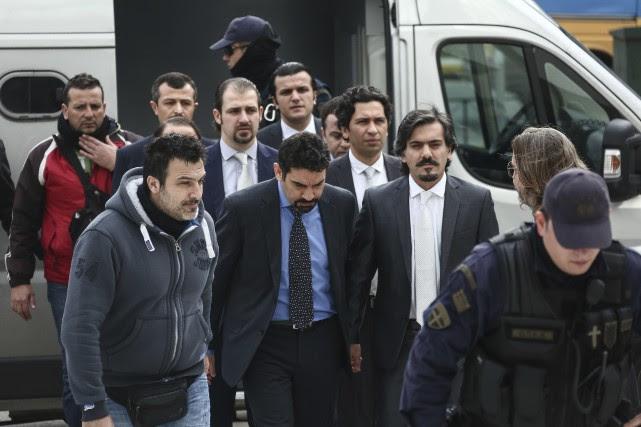 Les huit militaires turcs escortés par la police... (AP)