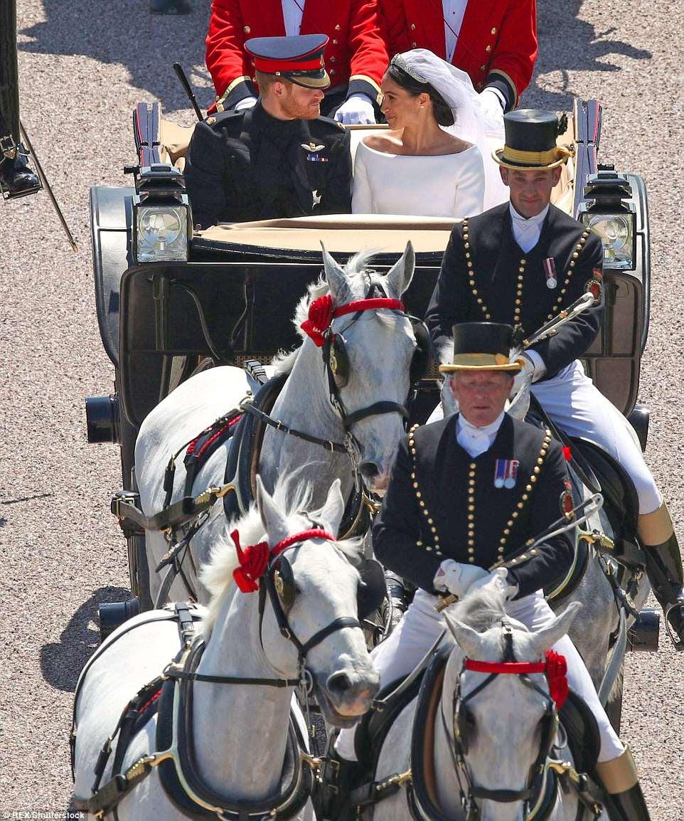 Los recién casados se miran profundamente a los ojos después del día más grande y feliz de sus vidas
