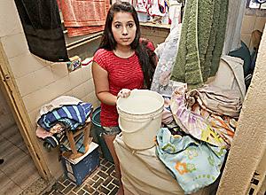 A recepcionista Carolina Bento mostra roupa suja