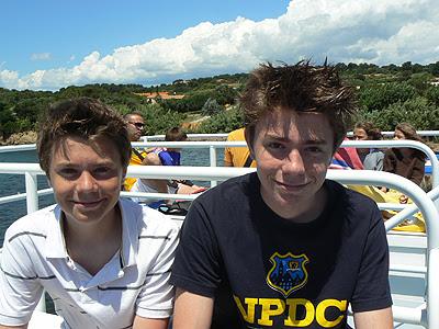 les deux garçons sur le bateau.jpg