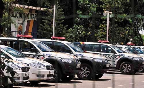 Carros da corporação parados no 4º BPM, no Guará: PMs argumentam que não têm curso específico para dirigir os veículos (Breno Fortes/CB/D.A Press)