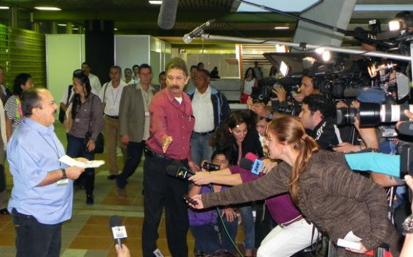 Andrés París, miembro de la guerrilla, emite un comunicado antes de entrar a las conversaciones que sostienen las Fuerzas Armadas Revolucionarias de Colombia Ejército del Pueblo (FARC-EP) con el Gobierno colombiano, en el Palacio de las Convenciones, en La Habana, el 24 de noviembre de 2012. AIN FOTO/Tony HERNÁNDEZ MENA