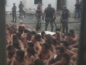 Presos rendidos em cadeia pública de Manaus, após rebelião em novembro que deixou quatro mortos